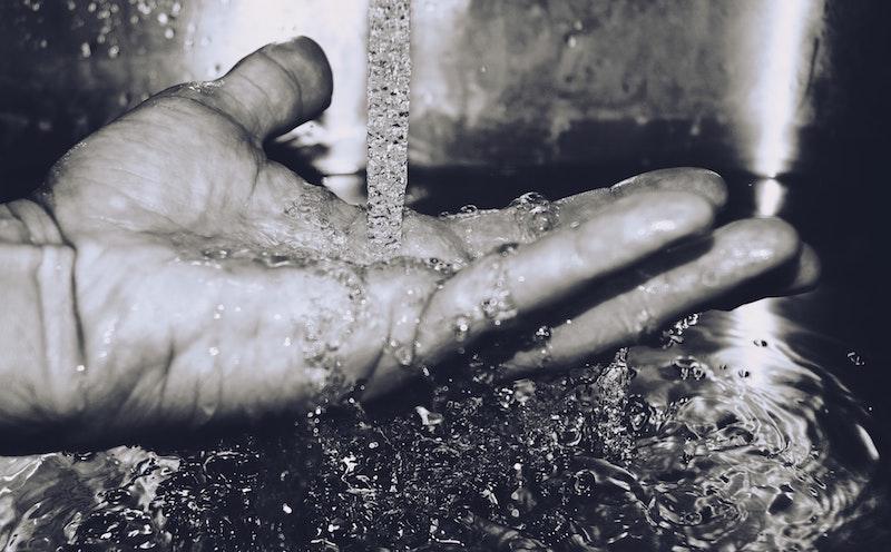 blacak-and-white-close-up-hand